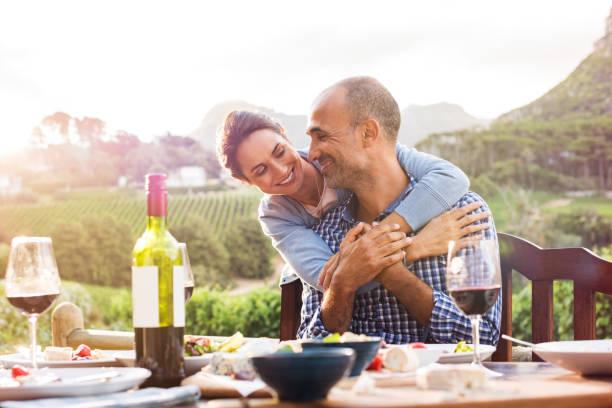 älteres paar in liebe - romantisches picknick stock-fotos und bilder