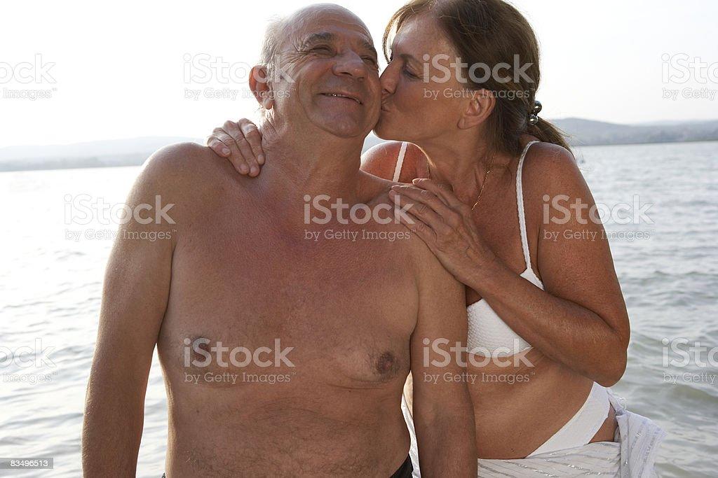 Coppia matura Baciare foto stock royalty-free