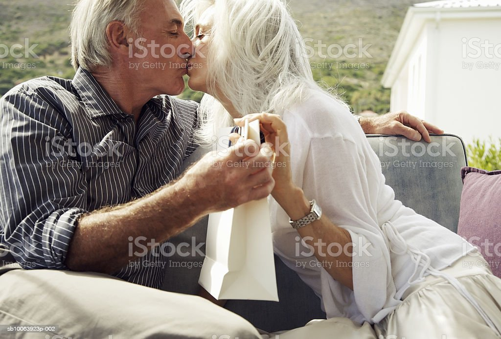 Mature couple kissing foto royalty-free