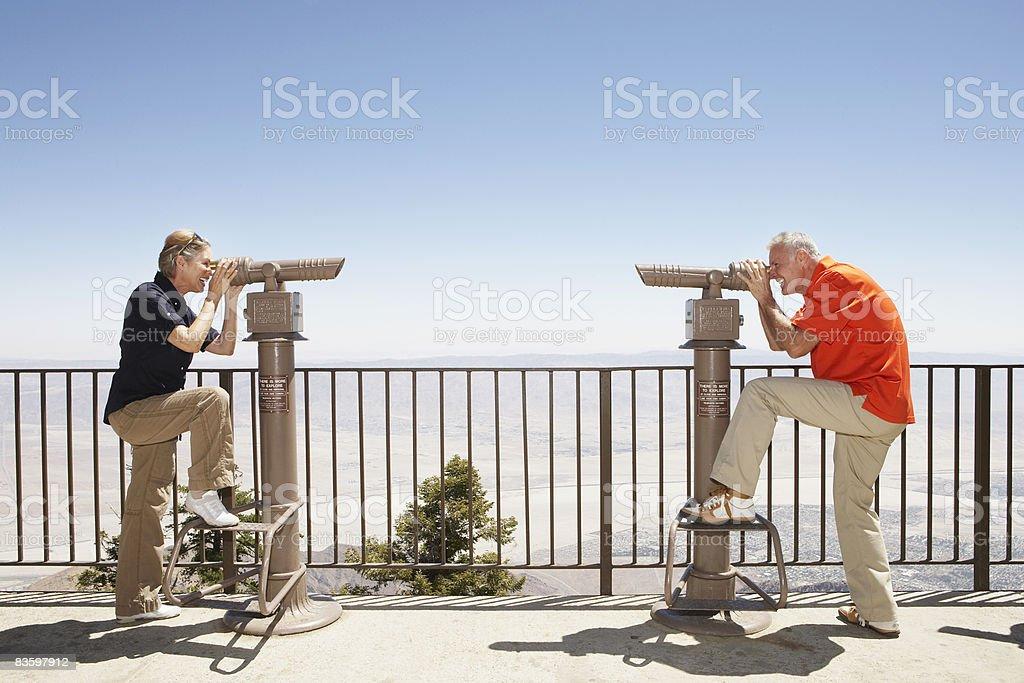 Coppia matura guardando a vicenda foto stock royalty-free
