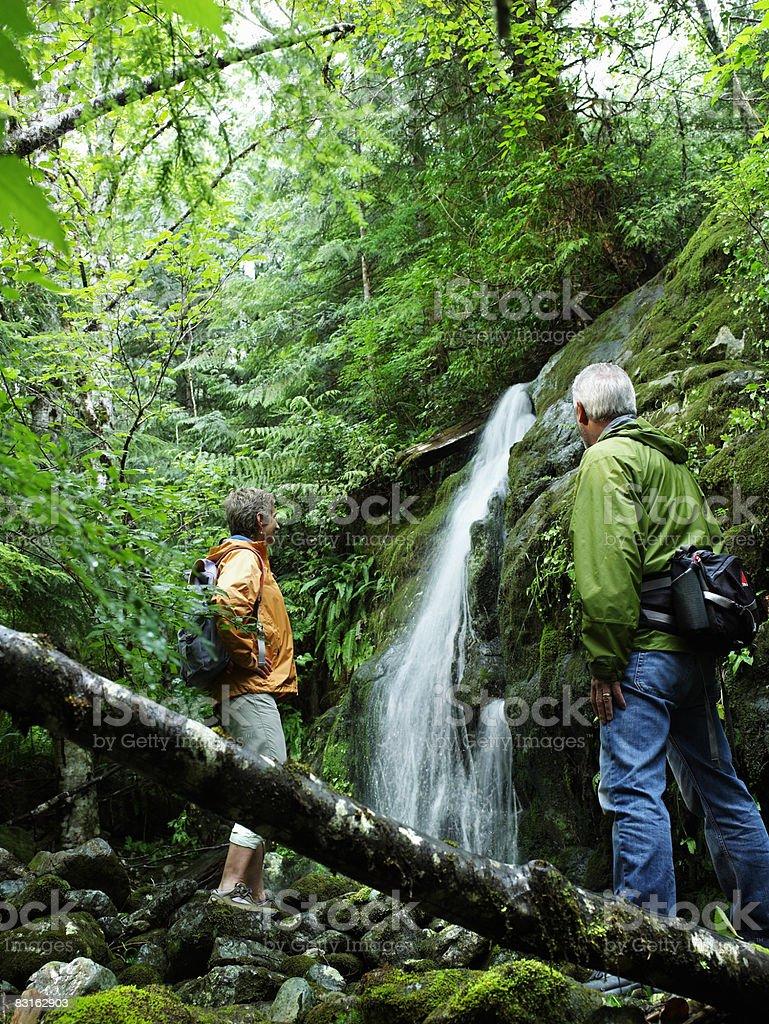 Coppia matura guardando Piccola cascata. foto stock royalty-free