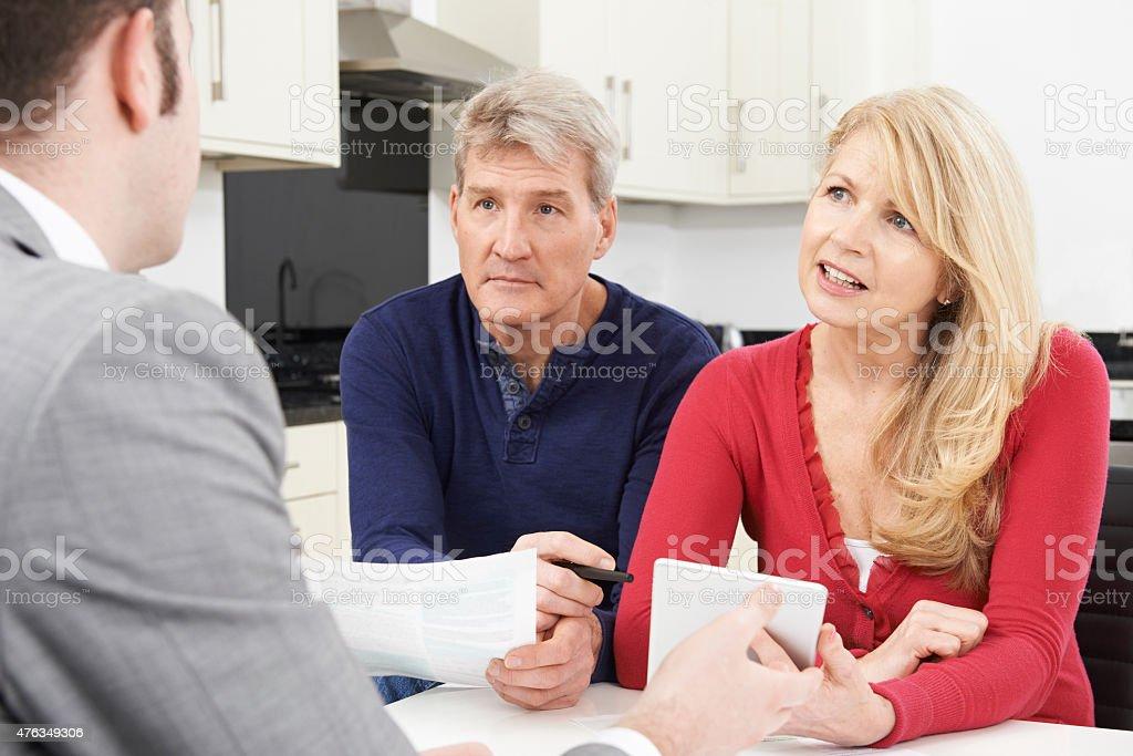 Älteres Paar Treffen mit Vermögensberatung wie zu Hause fühlen. – Foto