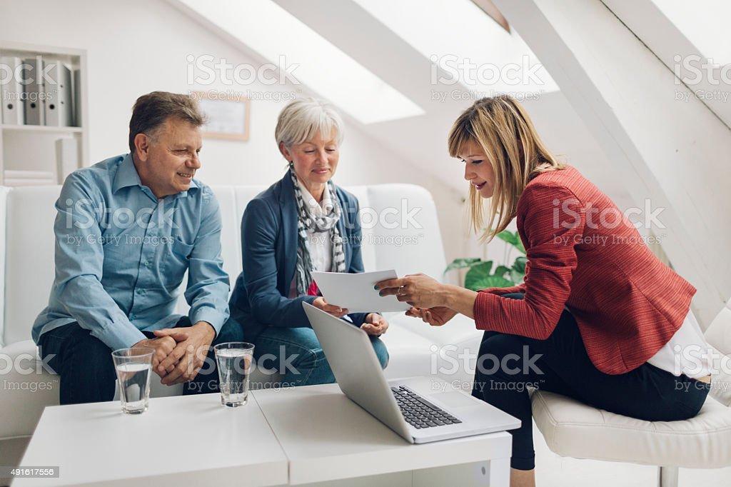 Pareja madura reunión con asesor financiero. - foto de stock