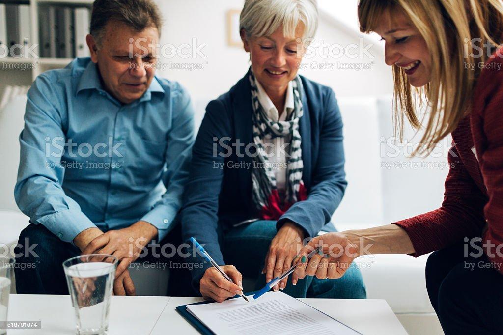 Casal em reunião com Consultor financeiro. - foto de acervo