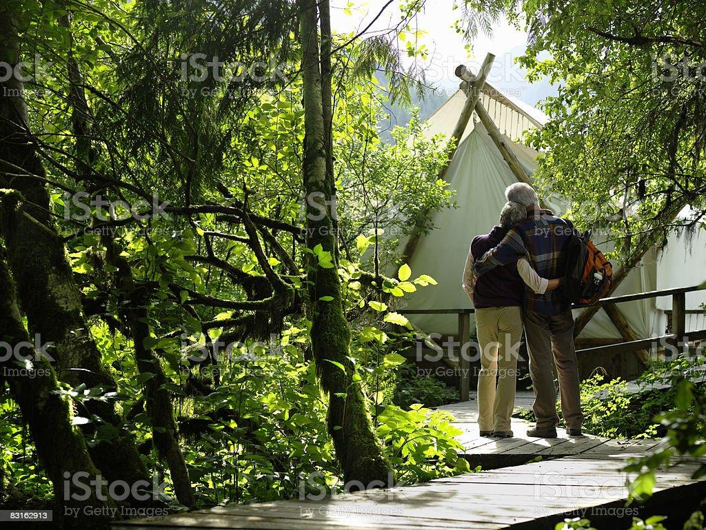 Coppia matura su percorso di fuori della tenda. foto stock royalty-free