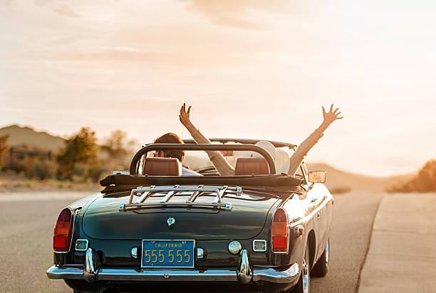 coppia matura su roadtrip - montare foto e immagini stock