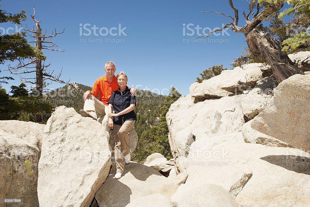 Dojrzała para na rocks uśmiecha się do kamery zbiór zdjęć royalty-free