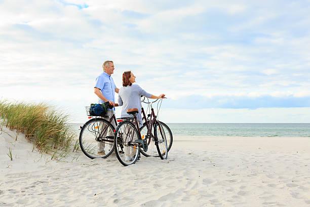 älteres paar im freien am strand - wellness ostsee stock-fotos und bilder
