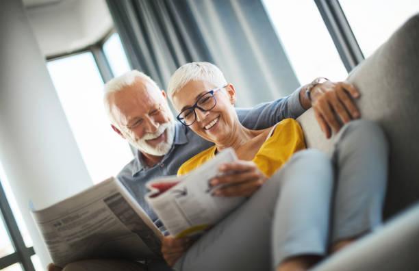 Reife paar lesen Zeitschriften zusammen. – Foto
