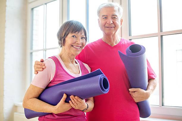 Pareja madura listo para ejercicios de yoga - foto de stock