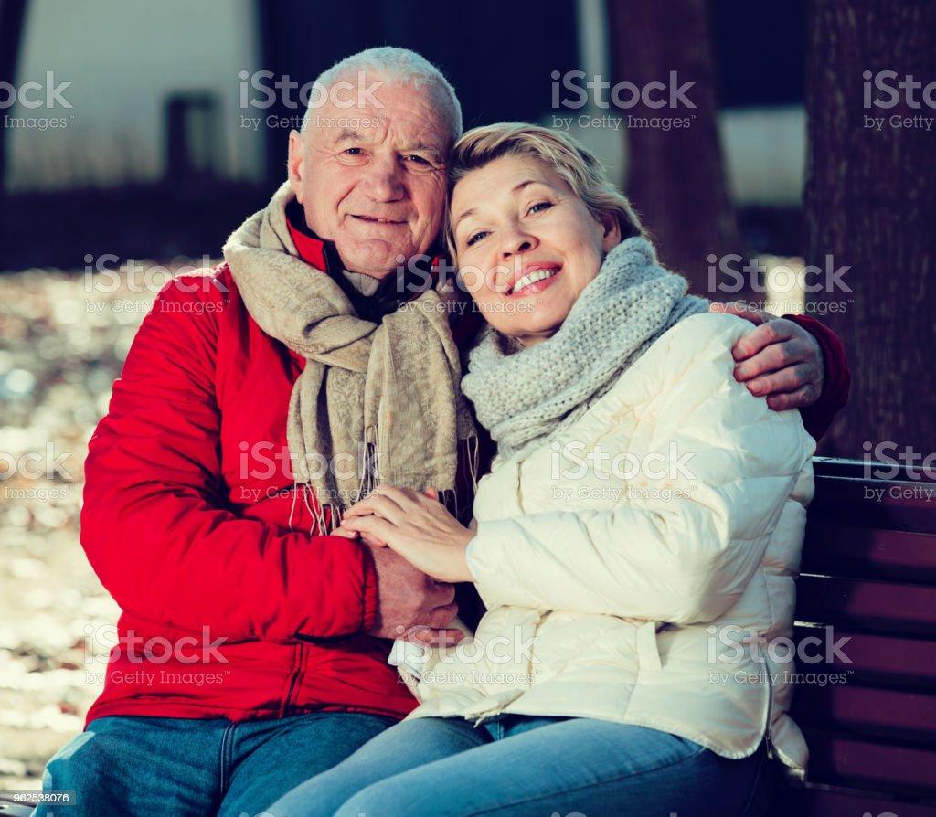 Casal maduro que estava no parque - Foto de stock de 65-69 anos royalty-free