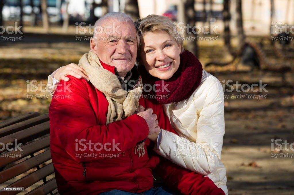 Casal maduro que estava no parque - Foto de stock de Abraçar royalty-free