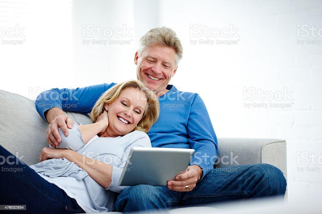 Älteres Paar sitzen auf der couch mit tablet PC – Foto