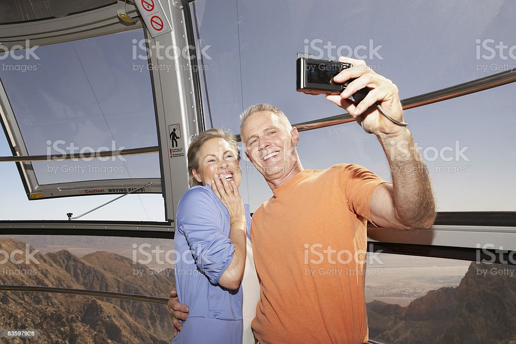 Coppia matura scattare foto mentre in tram foto stock royalty-free