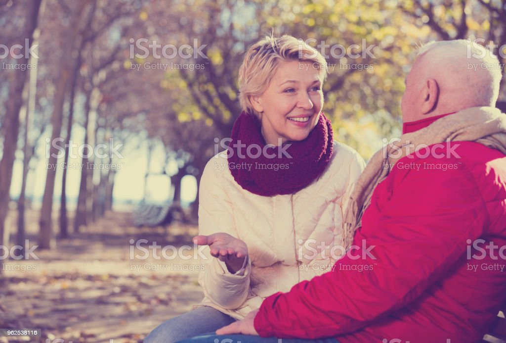 Mature couple talking in park - Royalty-free 70-79 Years Stock Photo