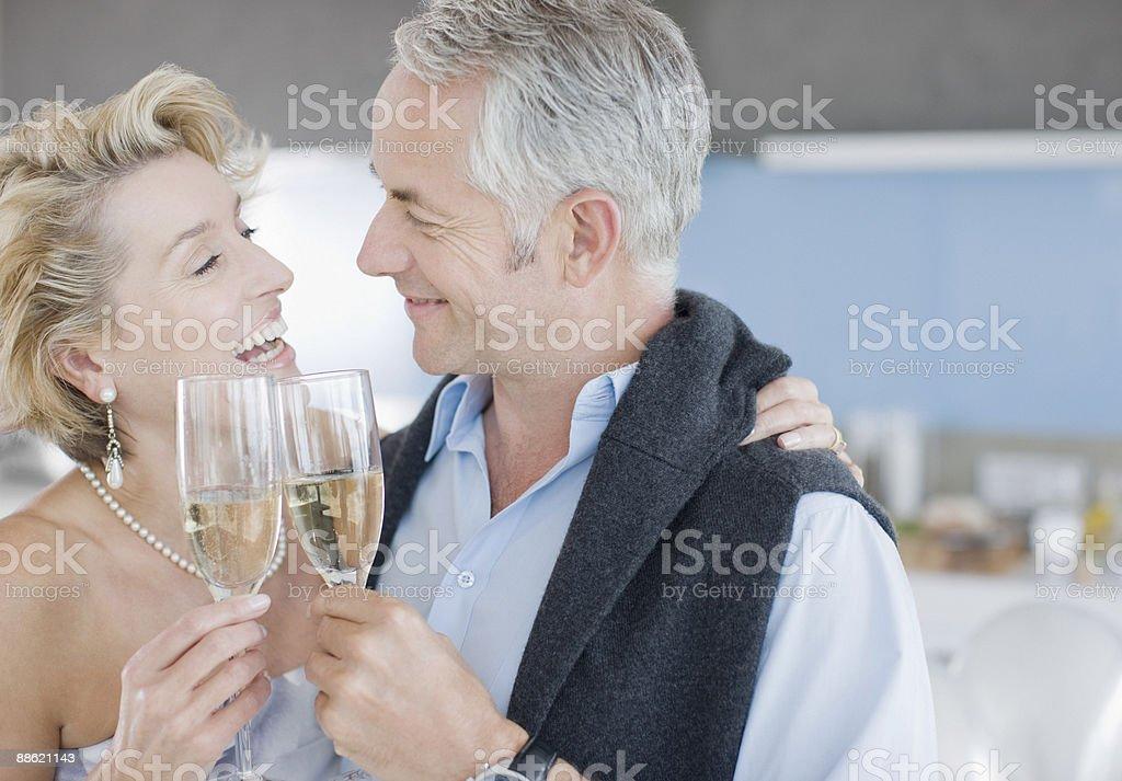 Älteres Paar Anstoßen mit Champagner Lizenzfreies stock-foto