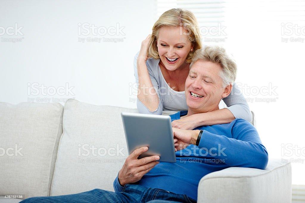 Älteres Paar mit einem tablet PC Lächeln – Foto