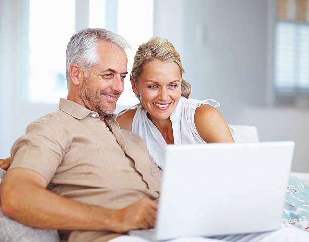 Älteres Paar mit laptop zu Hause – Foto