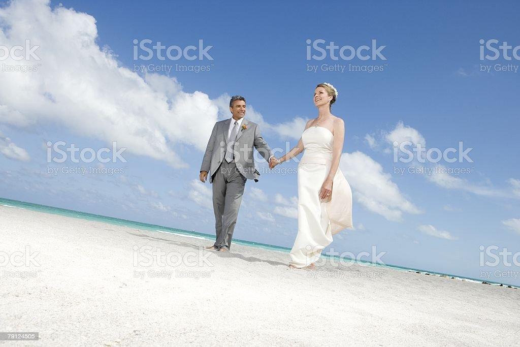 성숙한 커플입니다 해변을 걷는 royalty-free 스톡 사진