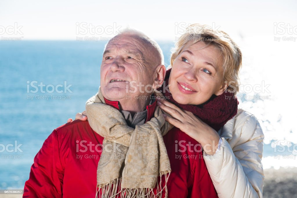 Mature couple walking by sea - Royalty-free 60-69 Years Stock Photo