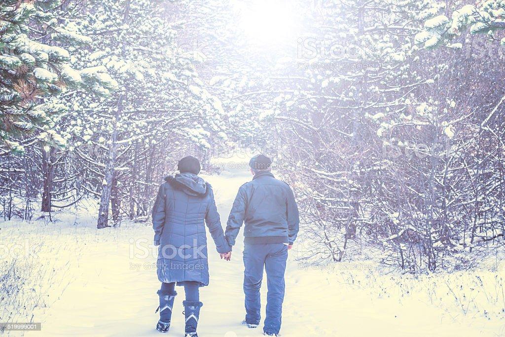 Älteres Paar walking im Schnee – Foto