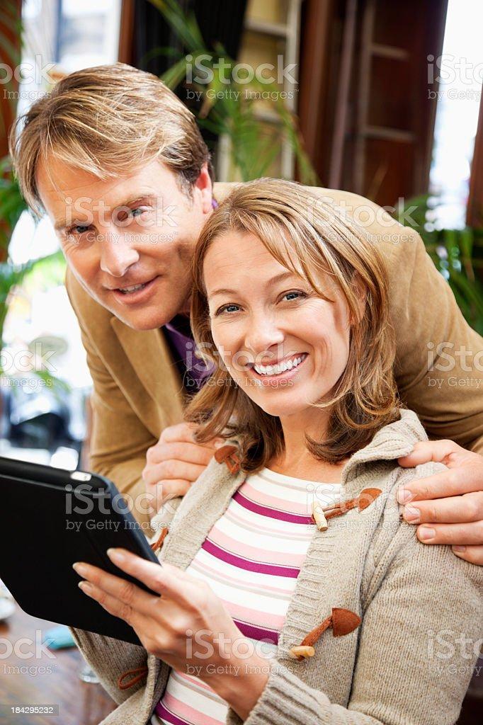 Älteres Paar mit einem digitalen tablet – Foto