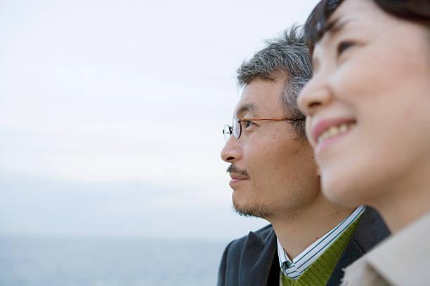 Älteres Paar, mit Meer im Hintergrund, Nahaufnahme, Seitenansicht – Foto