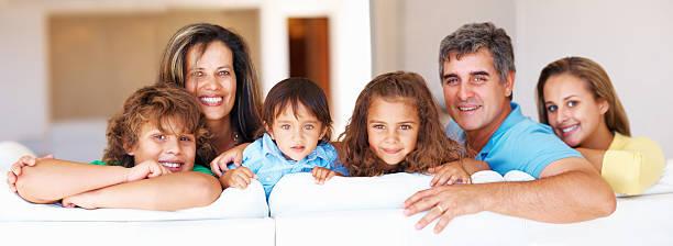 Älteres Paar mit Ihren Kindern ein Lächeln – Foto