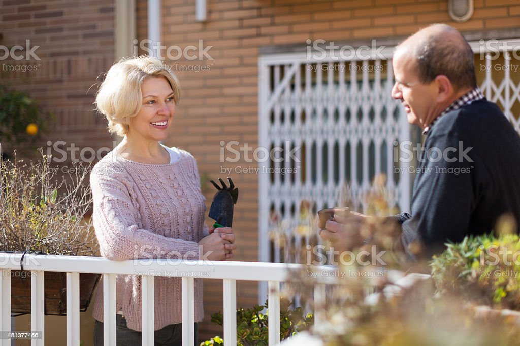 Madura cuople falando no balcon - foto de acervo