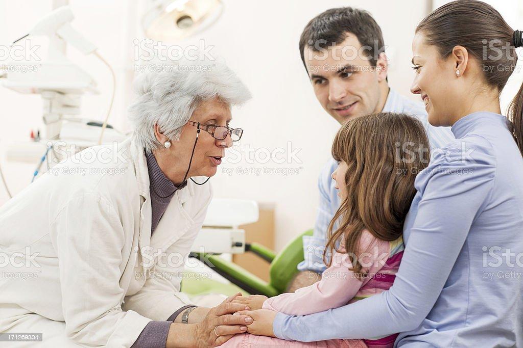 Ältere Zahnarzt sprechen zu Junges Paar mit einem Kind. – Foto