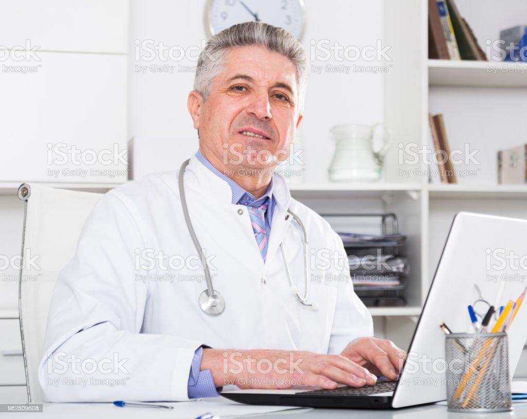 Médico maduro em seu escritório - Foto de stock de Adulto royalty-free