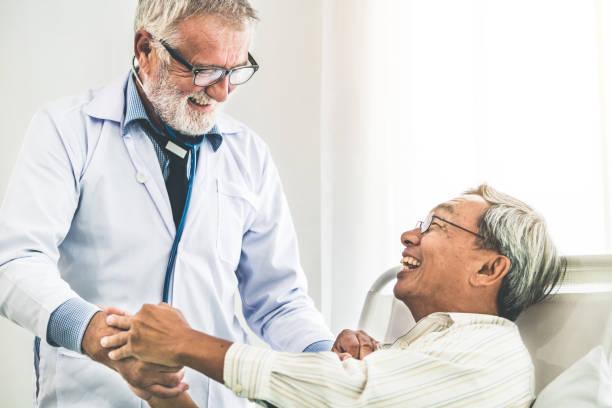 Reife Arzt sprechen und die Gesundheit der älteren Patienten im Krankenhaus untersuchen. Medizinische Gesundheits- und Arzt Personal Service-Konzept. – Foto