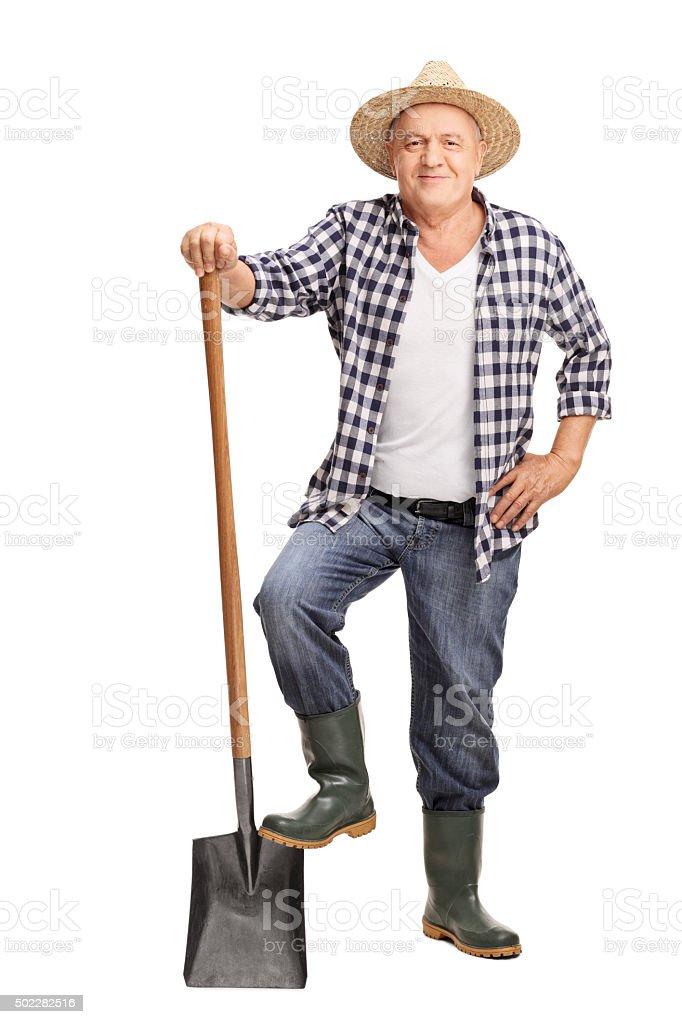 Reife farmer posieren mit Schaufel – Foto