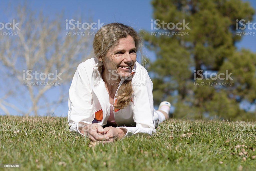 Colocación de mujer madura en hierba - foto de stock