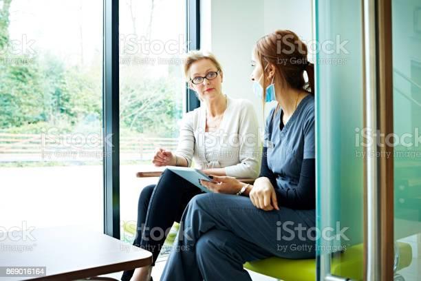 Ältere Patientin Im Gespräch Mit Der Krankenschwester Im Wartezimmer Stockfoto und mehr Bilder von Zahnarzt