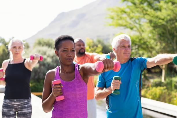 gente de fitness madura haciendo ejercicio con mancuernas - pesas fotografías e imágenes de stock