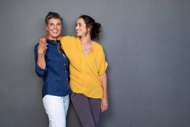 dojrzałe przyjaciele kobiety śmieją się razem - dwie osoby zdjęcia i obrazy z banku zdjęć