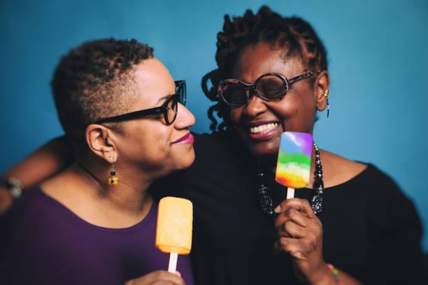 volwassen pret lesbische paar - lesbische stockfoto's en -beelden