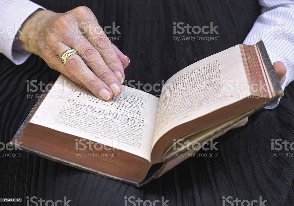 Dojrzałe ręce z starej książki zbiór zdjęć royalty-free