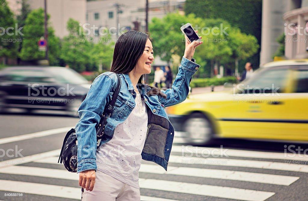 Mujer madura japonés se pide taxi - foto de stock