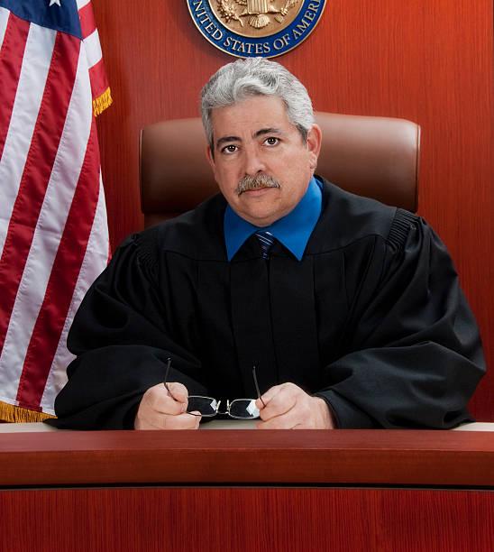 Ältere Richter am Tisch mit einer ernsten look – Foto