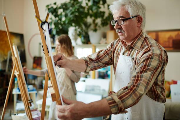 mature learner - clase de arte fotografías e imágenes de stock