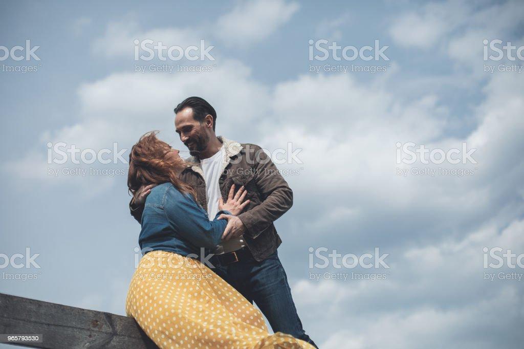 Mogen älskande par embracing utomhus med ömhet - Royaltyfri Avkoppling Bildbanksbilder