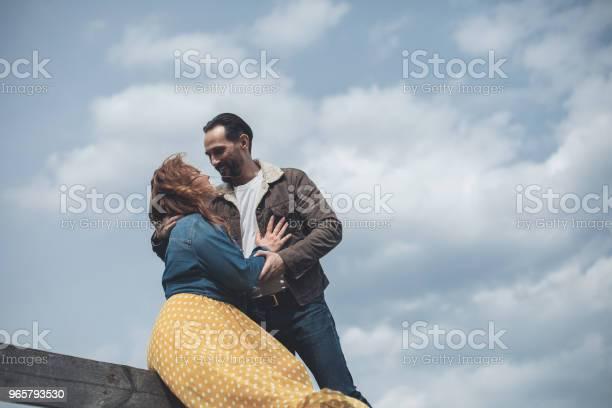 Mogen Älskande Par Embracing Utomhus Med Ömhet-foton och fler bilder på Avkoppling