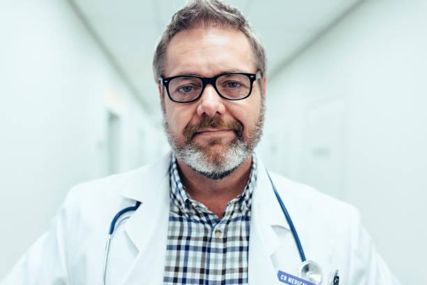Reifen männlichen Arzt im Krankenhaus – Foto