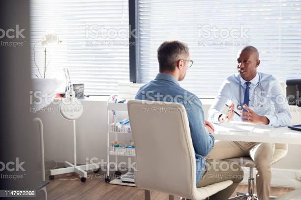 オフィスで医師と相談して成熟した男性患者 - 20代のストックフォトや画像を多数ご用意