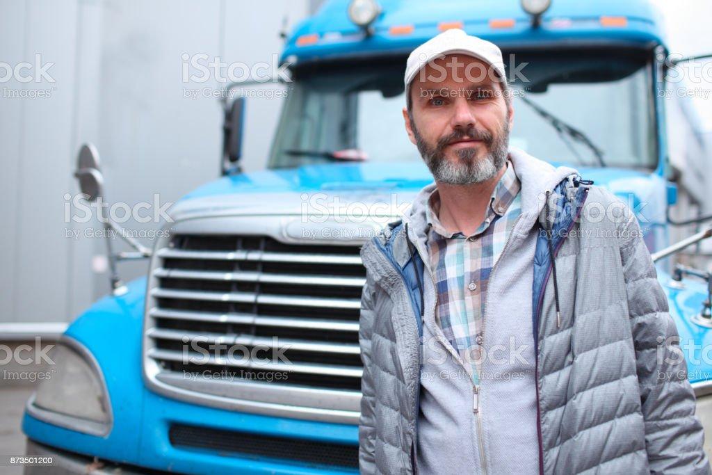 Hombre maduro contra camión - foto de stock