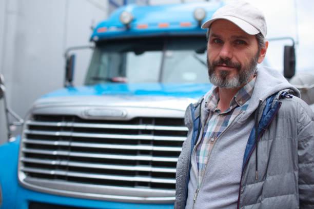 hombre maduro contra camión - conductor de autobús fotografías e imágenes de stock