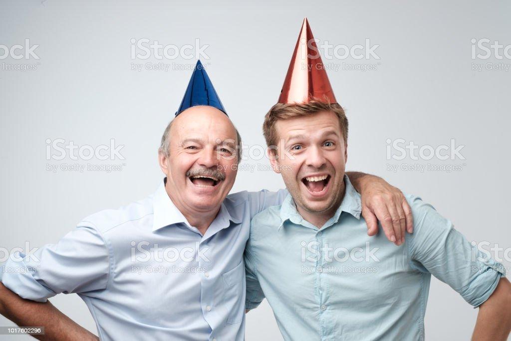 Reifer Mann Und Seinem Kleinen Sohn Feiert Geburtstag Lustige Mutzen