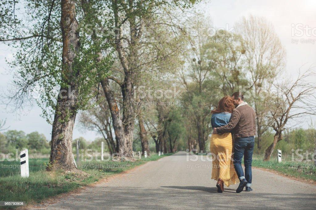 Mogen man och kvinna ha romantisk dag i parken - Royaltyfri Avkoppling Bildbanksbilder